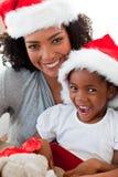 Mère et descendant ayant l'amusement au temps de Noël Photographie stock