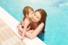 Mère et descendant ayant l'amusement dans le regroupement Vacances d'été et Image stock