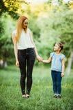 Mère et descendant ayant l'amusement dans le stationnement Concept de la famille heureux Scène de nature de beauté avec le mode d Photo stock