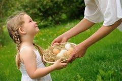 Mère et descendant ayant le temps de Pâques Photo libre de droits