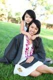 Mère et descendant célébrant la graduation Images libres de droits