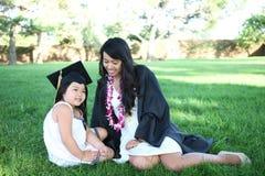 Mère et descendant célébrant la graduation Photos libres de droits