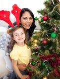 Mère et descendant décorant un arbre de Noël Image stock