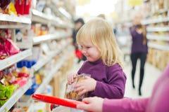 Mère et descendant dans la boulangerie dans le supermarché Photos stock