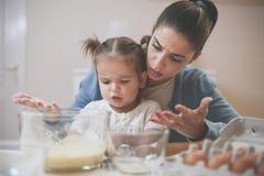 Mère et descendant dans la cuisine Photo stock