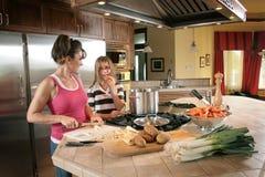 Mère et descendant dans la cuisine Image libre de droits