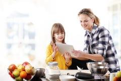 Mère et descendant dans la cuisine Photographie stock libre de droits
