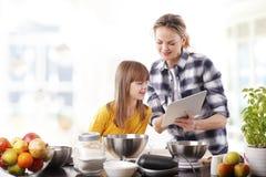 Mère et descendant dans la cuisine Photo libre de droits