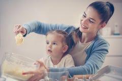 Mère et descendant dans la cuisine Cooki de cuisson de mère et de fille Photo libre de droits