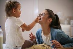 Mère et descendant dans la cuisine Cooki de cuisson de mère et de fille Images libres de droits