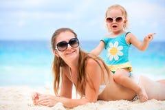 Mère et descendant des vacances de plage image stock