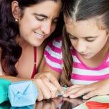 Mère et descendant effectuant l'origami Photos libres de droits