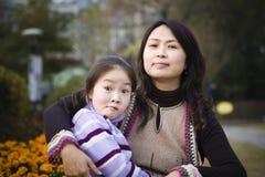 Mère et descendant en stationnement photos libres de droits