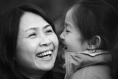 Mère et descendant en stationnement image libre de droits