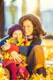 Mère et descendant en stationnement d'automne photo libre de droits