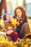 Mère et descendant en stationnement d'automne images libres de droits