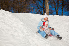 Mère et descendant en stationnement de l'hiver Photos libres de droits