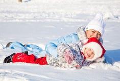 Mère et descendant en stationnement de l'hiver Images libres de droits