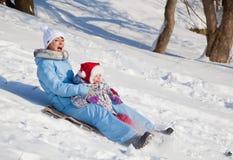 Mère et descendant en stationnement de l'hiver Image libre de droits