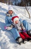 Mère et descendant en stationnement de l'hiver Image stock