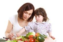 Mère et descendant faisant cuire à la cuisine Photo stock