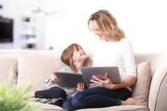 Mère et descendant heureux Photographie stock libre de droits