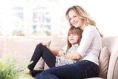 Mère et descendant heureux Photos libres de droits