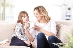 Mère et descendant heureux Images stock