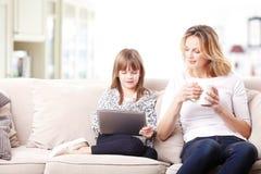 Mère et descendant heureux avec la tablette de Digitals Images libres de droits