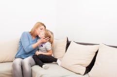 Mère et descendant heureux de famille Image stock