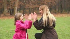 Mère et descendant jouant le jeu de applaudissement clips vidéos