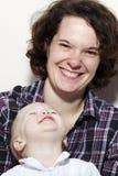 Mère et descendant joyeux Photographie stock libre de droits