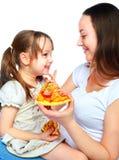 Mère et descendant mangeant de la pizza Image libre de droits