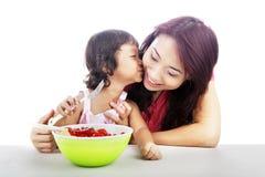 Mère et descendant mangeant de la salade de fruits Photo libre de droits