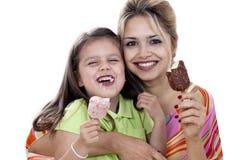 Mère et descendant mangeant la crême glacée Images libres de droits