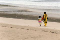 Mère et descendant marchant sur la plage Photos libres de droits