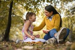 mère et descendant passant le temps ensemble Saison d'automne Image stock