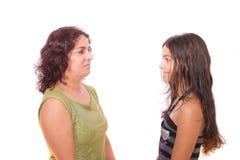 Mère et descendant regardant un un autre Photo stock