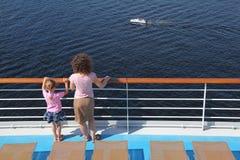 Mère et descendant restant sur le paquet du bateau Images libres de droits