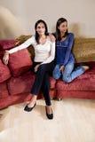 Mère et descendant s'asseyant ensemble sur le sofa photos libres de droits