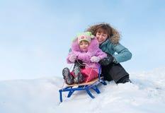 Mère et descendant sledging photo libre de droits