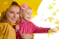 Mère et descendant sous le parapluie Photo libre de droits