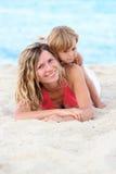 Mère et descendant sur la mer Image libre de droits