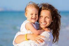 Mère et descendant sur la plage Photo stock