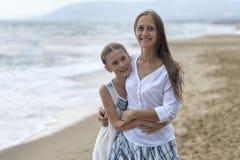 Mère et descendant sur la plage images stock