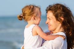 Mère et descendant sur la plage Photographie stock libre de droits