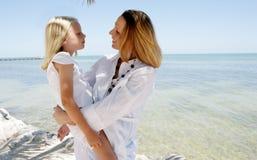 Mère et descendant sur la plage Photos stock