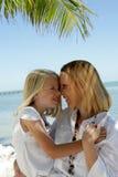 Mère et descendant sur la plage Image stock