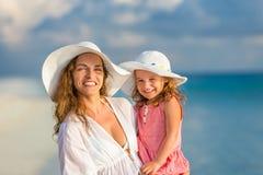 Mère et descendant sur la plage photographie stock