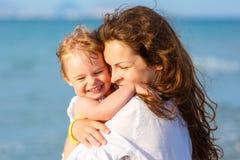 Mère et descendant sur la plage photo libre de droits